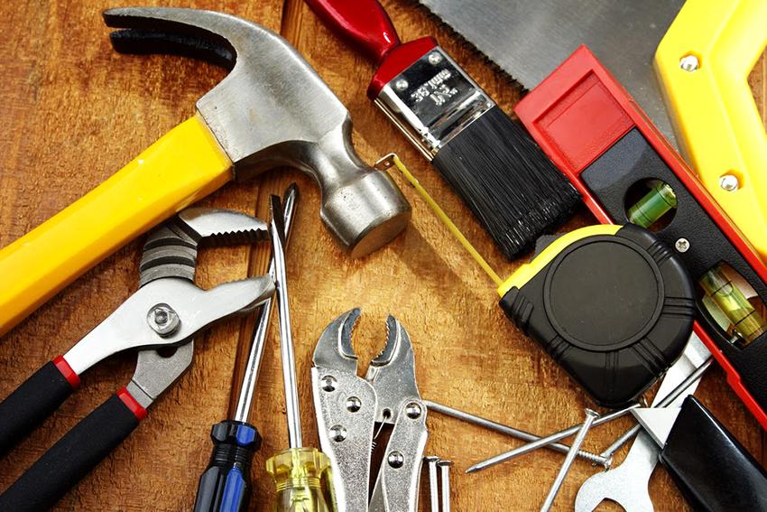 Перед монтажом нового покрытия необходимо запастись всеми необходимыми инструментами