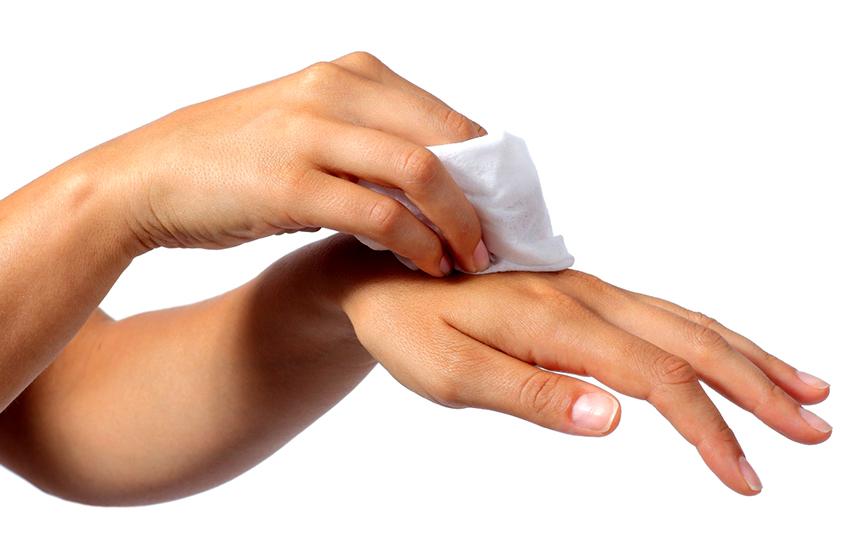 Удалить монтажную пену с рук можно салфеткой смоченной подсолнечным маслом