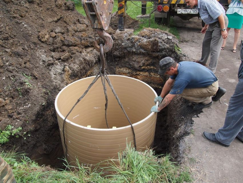 Пластик не выделяет в воду вредных веществ, поэтому бетонные и металлические трубы старых колодцев заменяют на полимерные