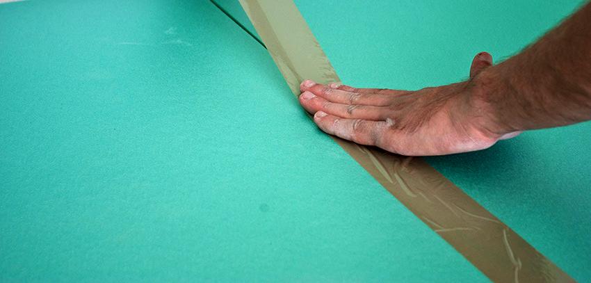 Перед укладкой подложки необходимо постелить изоляционный слой для защиты от влаги