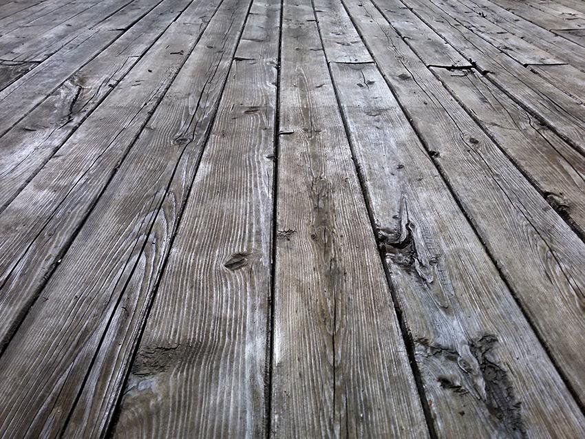 Перед тем как стелить подложку на деревянный пол необходимо зашпаклевать все ямки, трещины и неровности