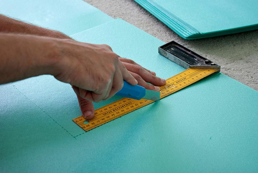 Укладывать подложку можно только на сухой, прочный, твердый и чистый пол