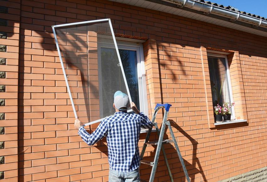 Москитную сетку можно установить как изнутри помещения, так и снаружи
