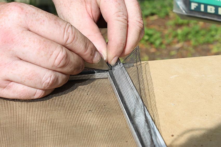 Важно тщательно измерить необходимый размер сетки перед установкой