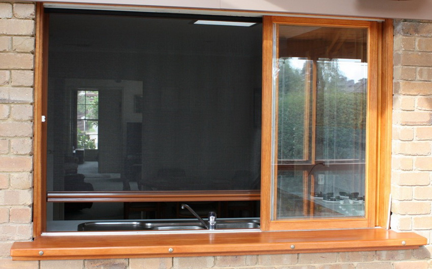 Роллетная москитная сетка монтируется в окно единожды и может использоваться в случае необходимости