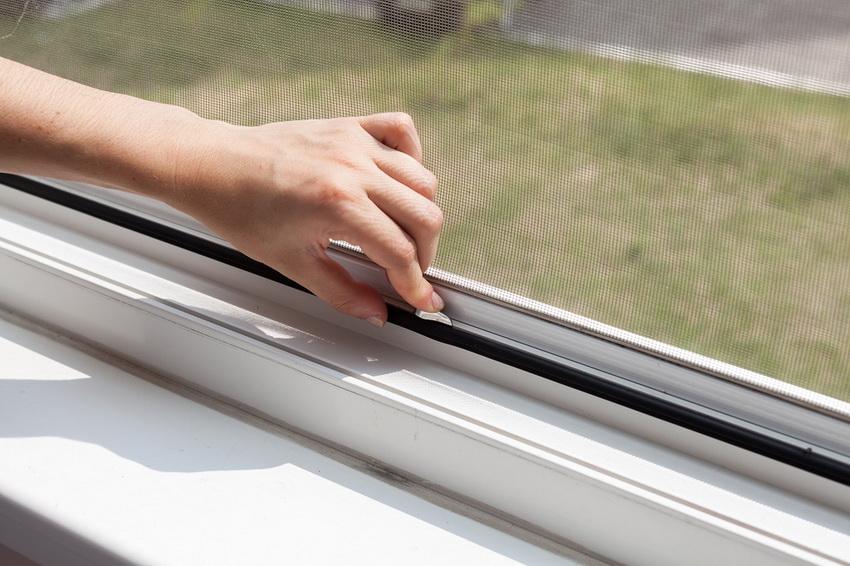При монтаже москитной сетки главное - обеспечить плотное прилегание к оконной раме