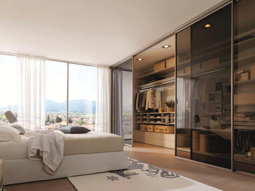 В нижней части шкафа-купе могут храниться обувь, предметы ухода за одеждой и домом, например, гладильная доска, утюг, пылесос