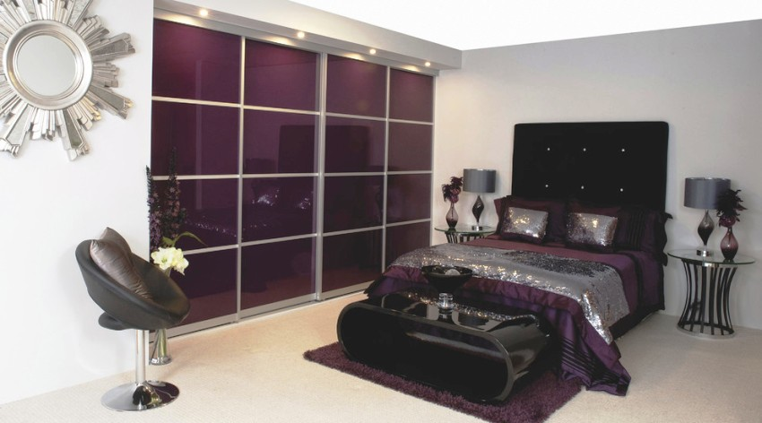 Стеклянные фасады шкафов-купе на сегодняшний день являются одними из самых популярных, наряду с зеркальными