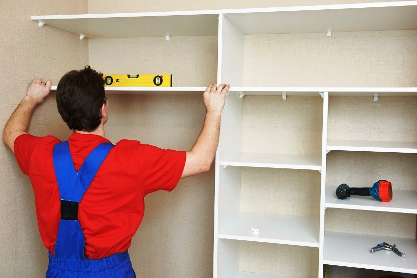 При установке поперечных перекрытий шкафа-купе лучше использовать строительный уровень