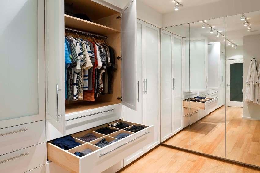 Внутреннее пространство шкафа-купе следует условно разделить на три части: верхнюю, нижнюю и среднюю