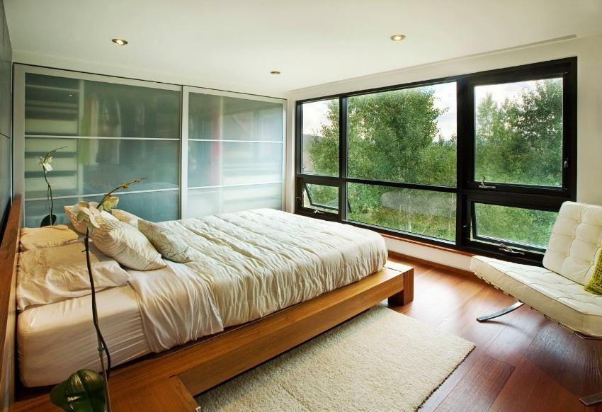 Одним из вариантов конфигурации встроенного шкафа-купе является модель, в которой роль стенок берут на себя стены самой комнаты
