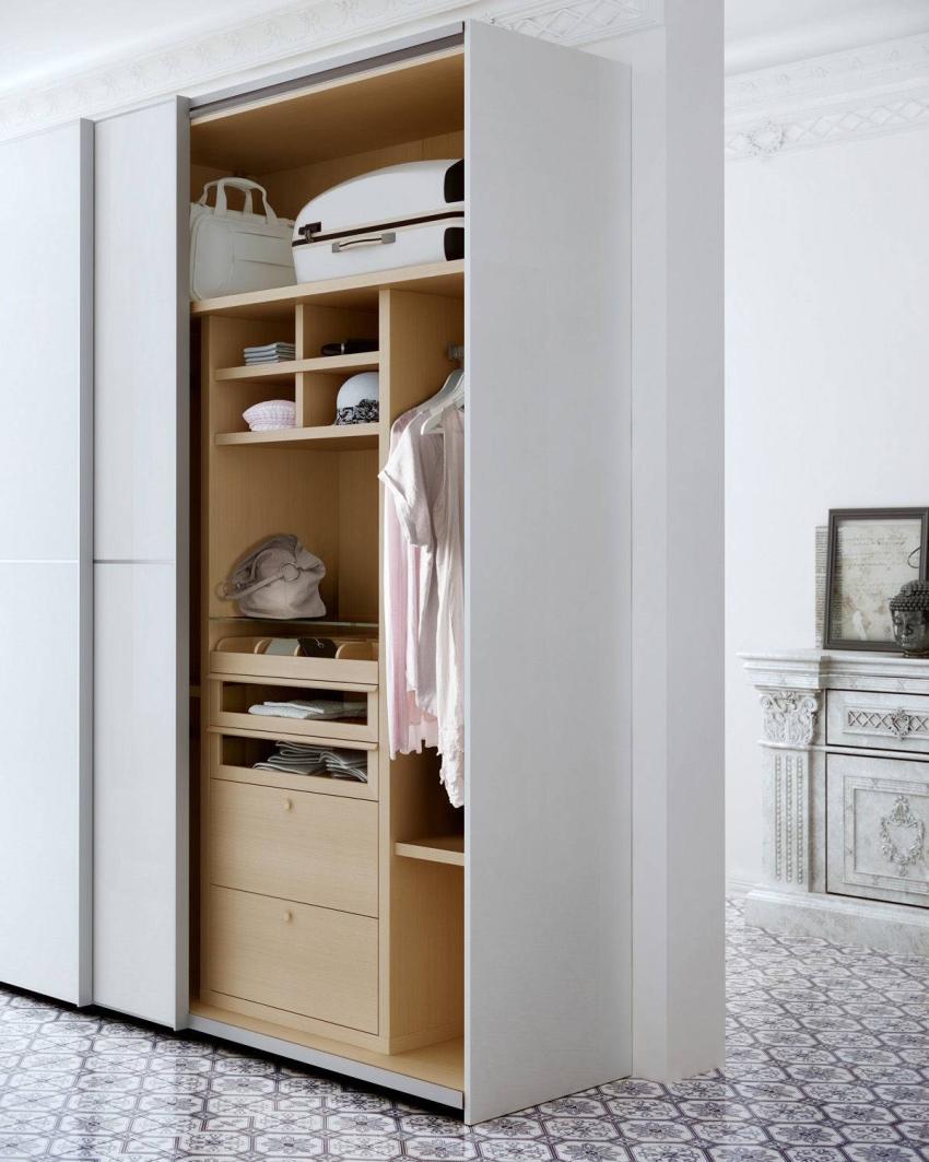 Подбирая готовый шкаф-купе или заказывая индивидуальный, нужно обращать внимание на вместительность полок, выдвижных ящиков, количество и предназначение штанг для одежды