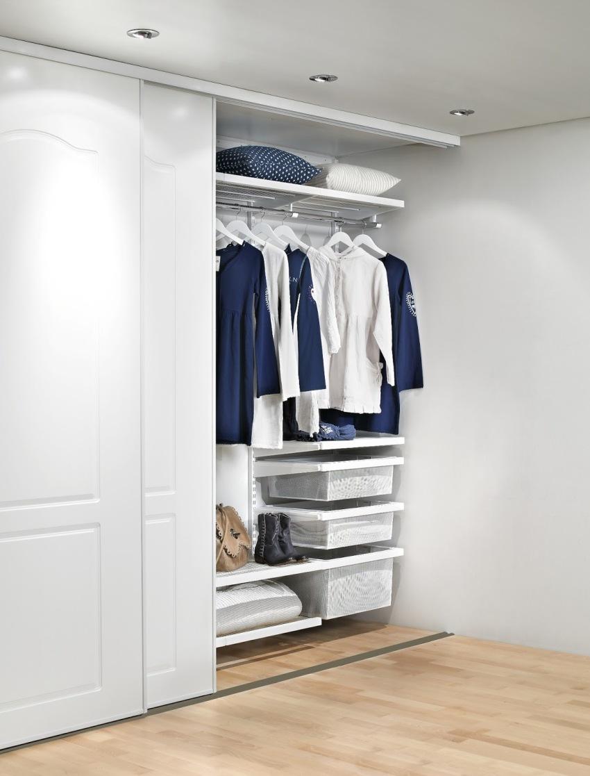 Часто встречающаяся конфигурация встроенного шкафа-купе – модель, в которой роль стенок берут на себя стены самой комнаты