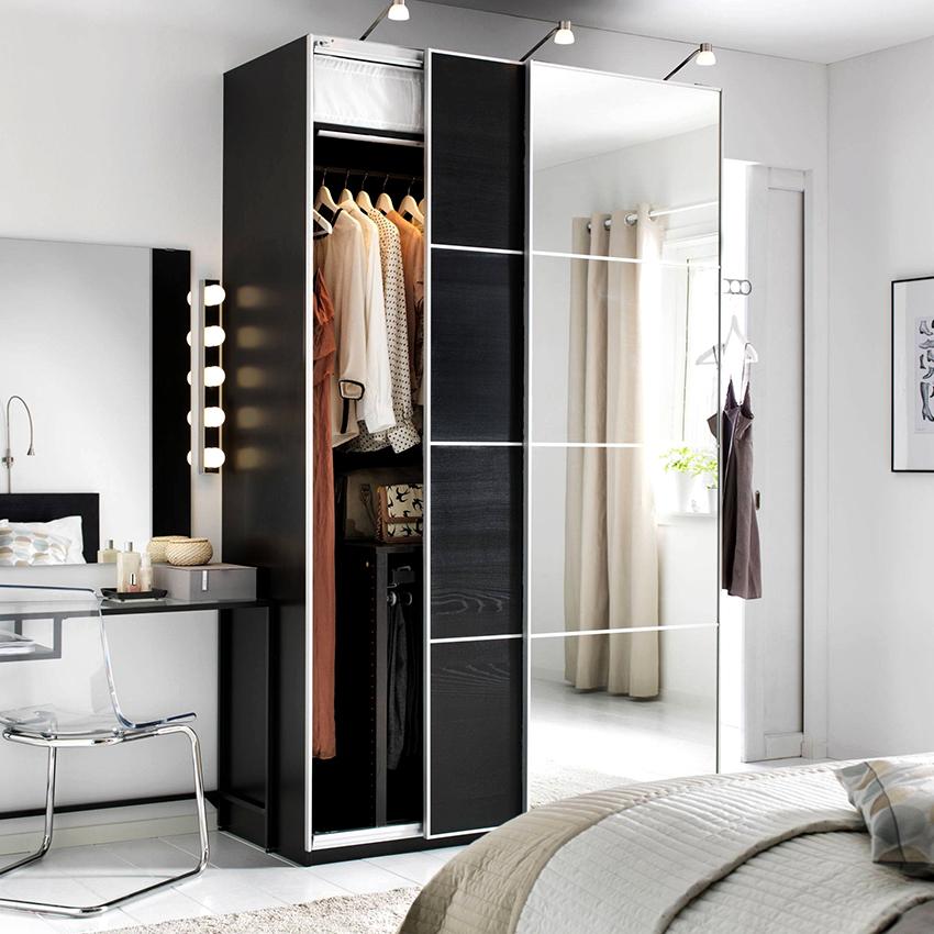 Корпусный шкаф-купе – это отдельная конструкция, которую можно располагать возле стены или использовать как перегородку