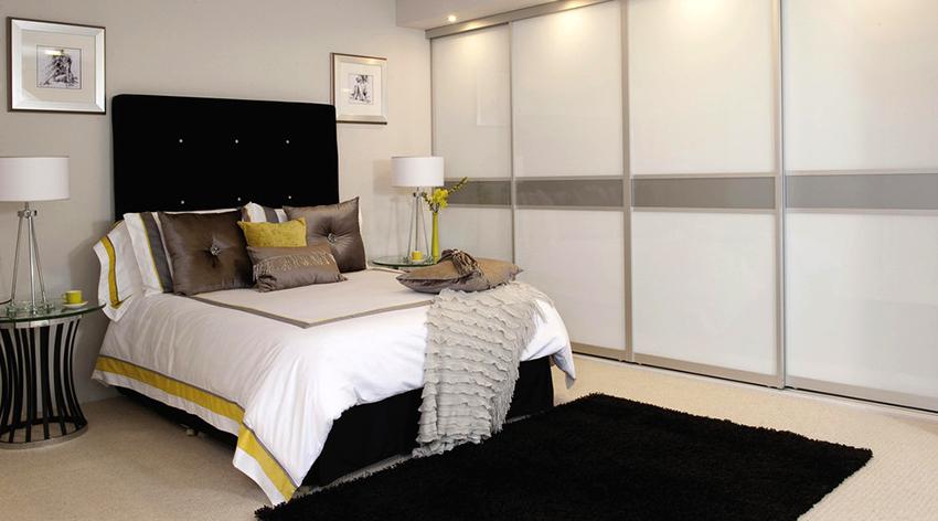 Шкаф-купе белого цвета сделает помещение спальни светлее и просторнее