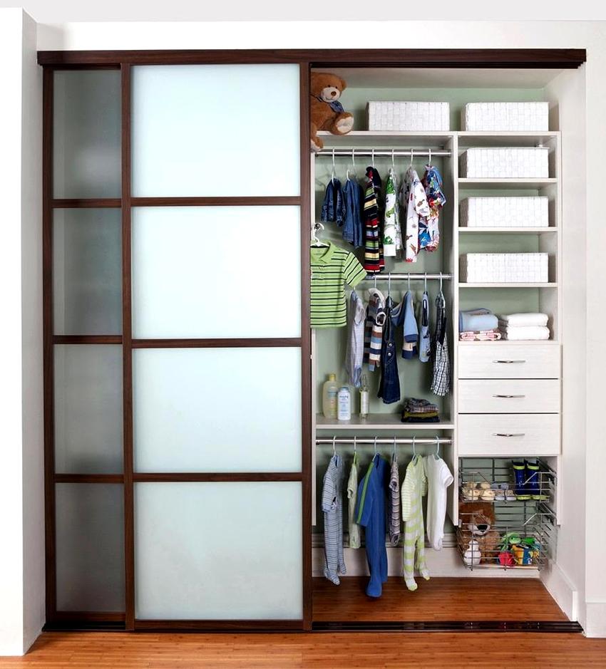 Шкаф может быть с напылением, зеркальным, с рисунком или даже с витражом