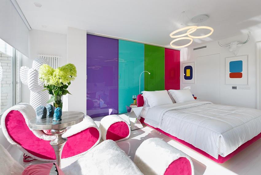 Шкаф-купе может выступать в роли яркого акцента в интерьере спальни