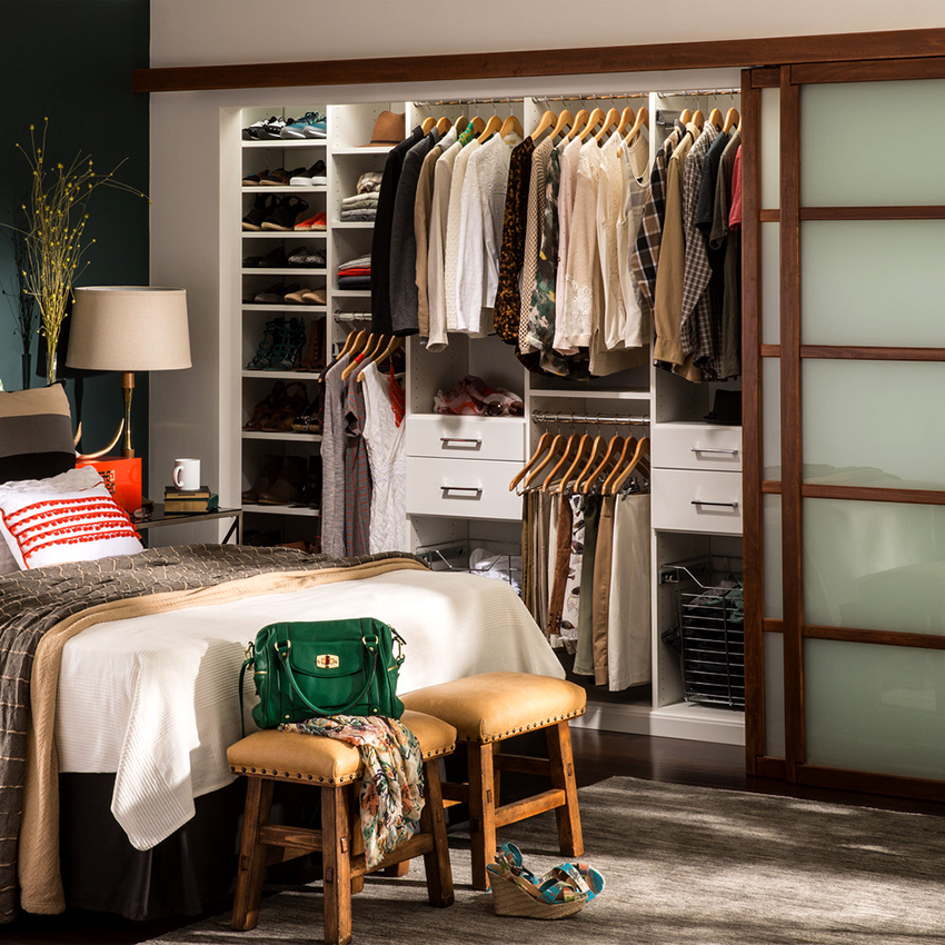 Как правило, внутри шкафа содержится большое количество секций и полок разного размера