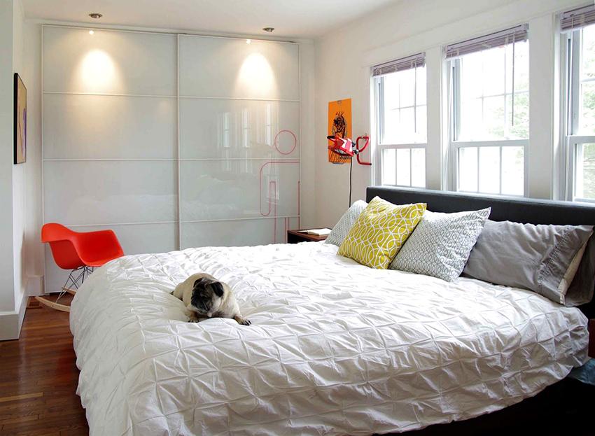 Глянцевый шкаф белого цвета – универсален, он хорошо впишется в любой интерьер
