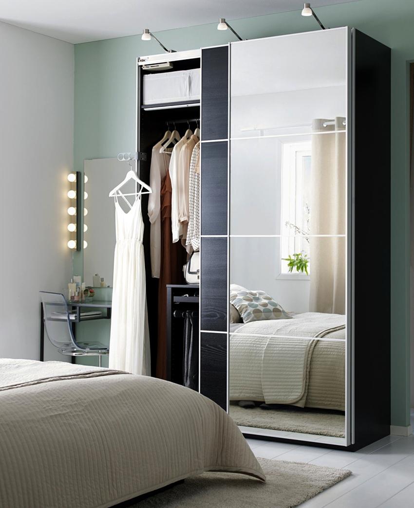 Шкаф-купе с зеркальными дверьми может значительно расширить пространство в спальне