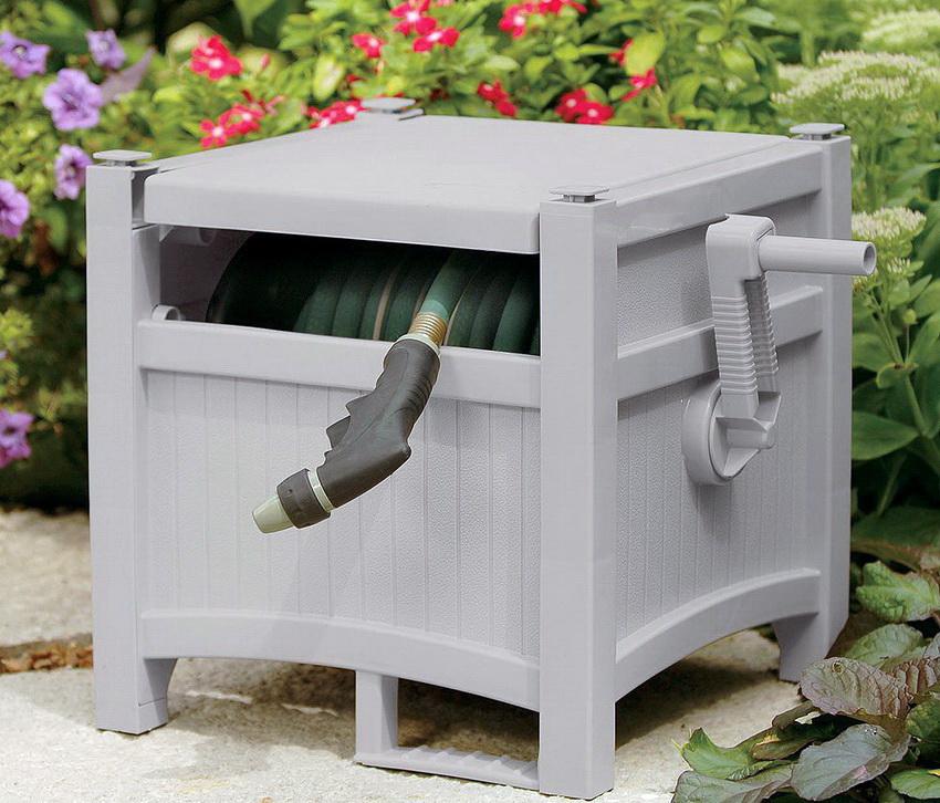 Для удобства хранения катушки со шлангом можно оборудовать специальное место