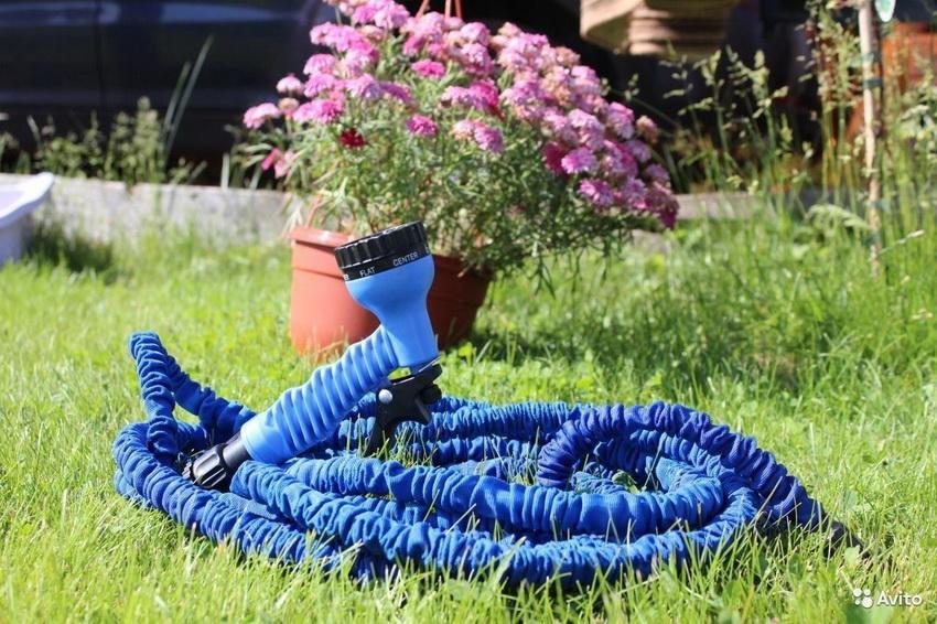 Растягивающийся шланг используется для полива при постоянном напоре воды