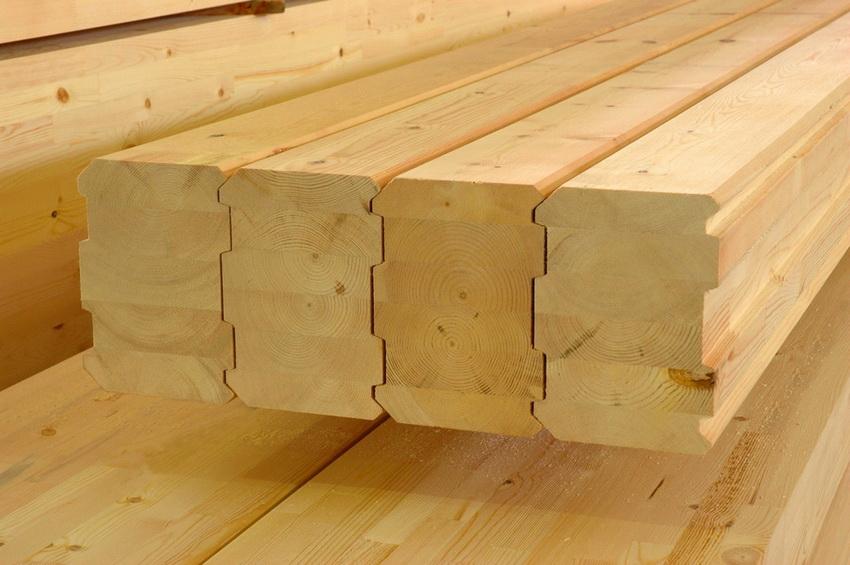 Профилированный клееный брус часто используется для построек домов и бань