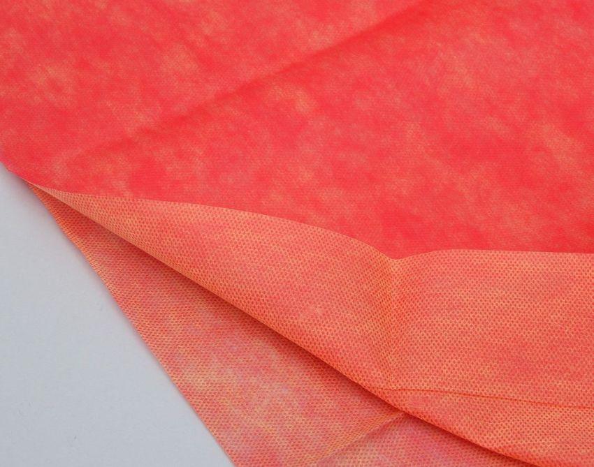 Укрывной материал «Агротекс» имеет воздушную структуру ткани, пористая и полупрозрачная, тем не менее она очень крепкая и не рвущаяся