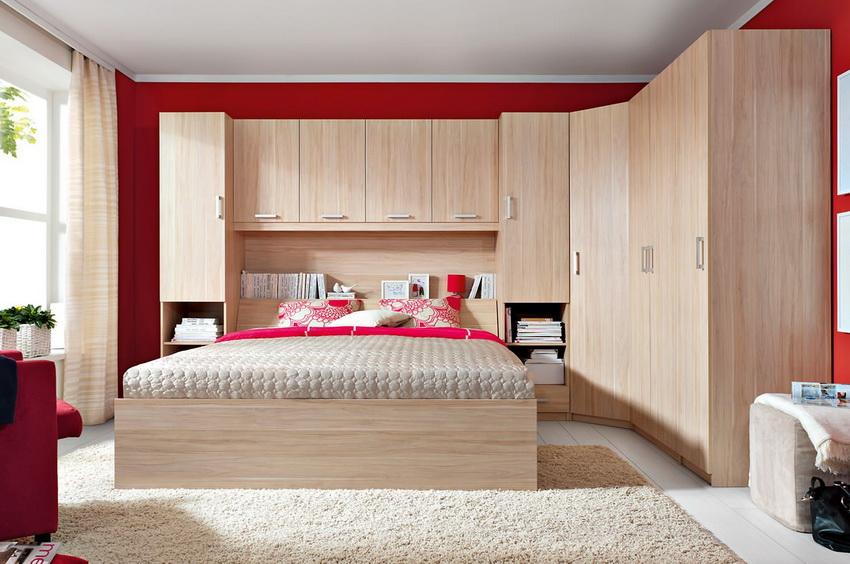 Шкаф с угловой конструкцией помогает рационально использовать пространство небольшой спальни