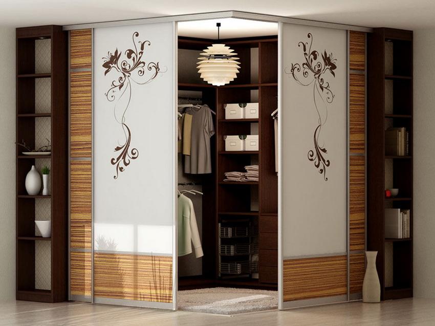 Угловой шкаф может иметь внутри множество секций под разные виды одежды