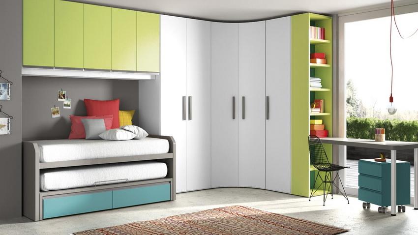 Нередко в малогабаритных комнатах используют вариант конструкции углового шкафа с встроенной кроватью