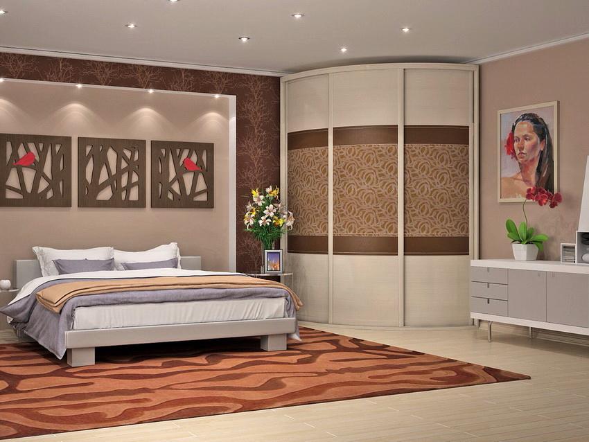 Угловой шкаф радиусной формы с раздвижными дверями выглядит роскошно в интерьере спальни