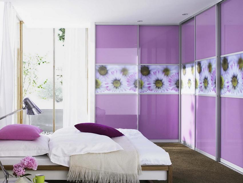 Угловые шкафы-купе являются весьма популярным вариантом в современных спальнях