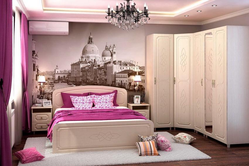 Внешний фасад углового шкафа может быть украшен резьбой и зеркалом