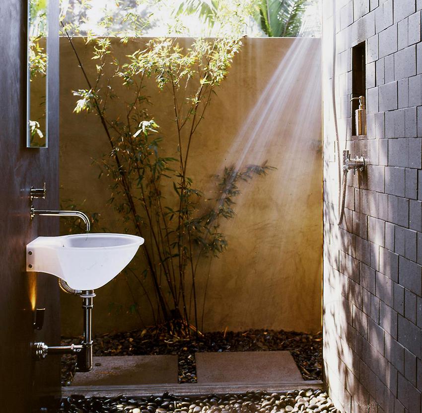 Выбирая умывальник для дачи лучше отдать предпочтение конструкциям с большим резервуаром для воды