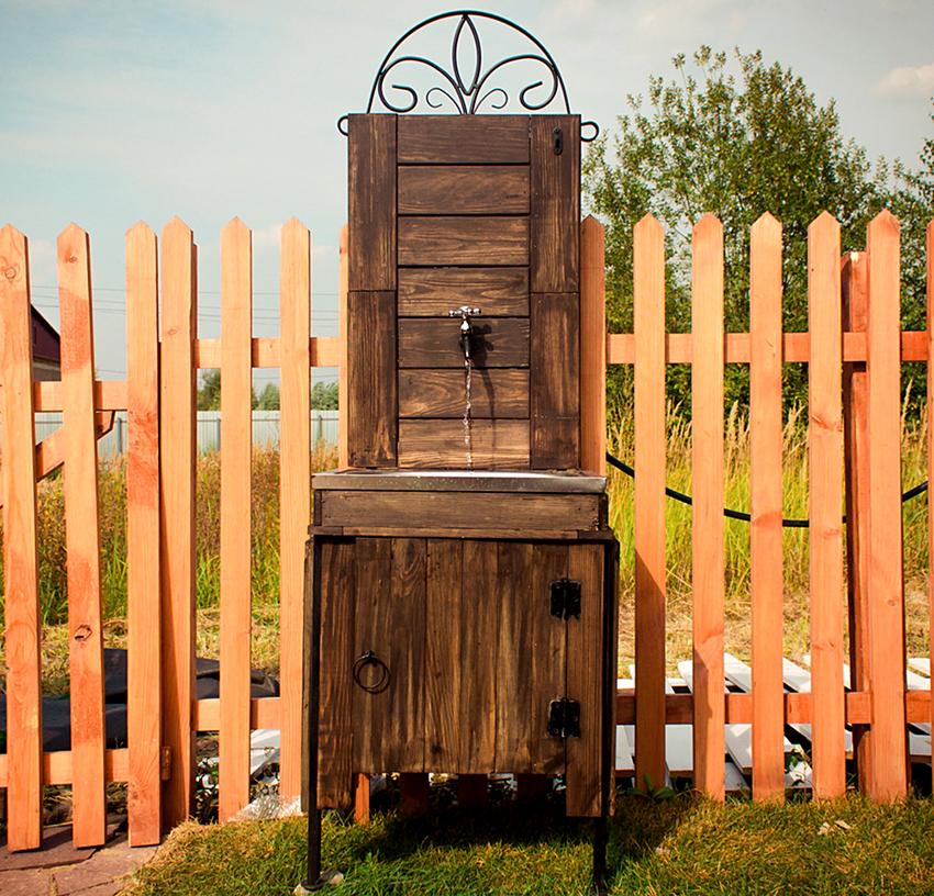 Умывальник для дачи может быть не только металлическим, но и деревянным