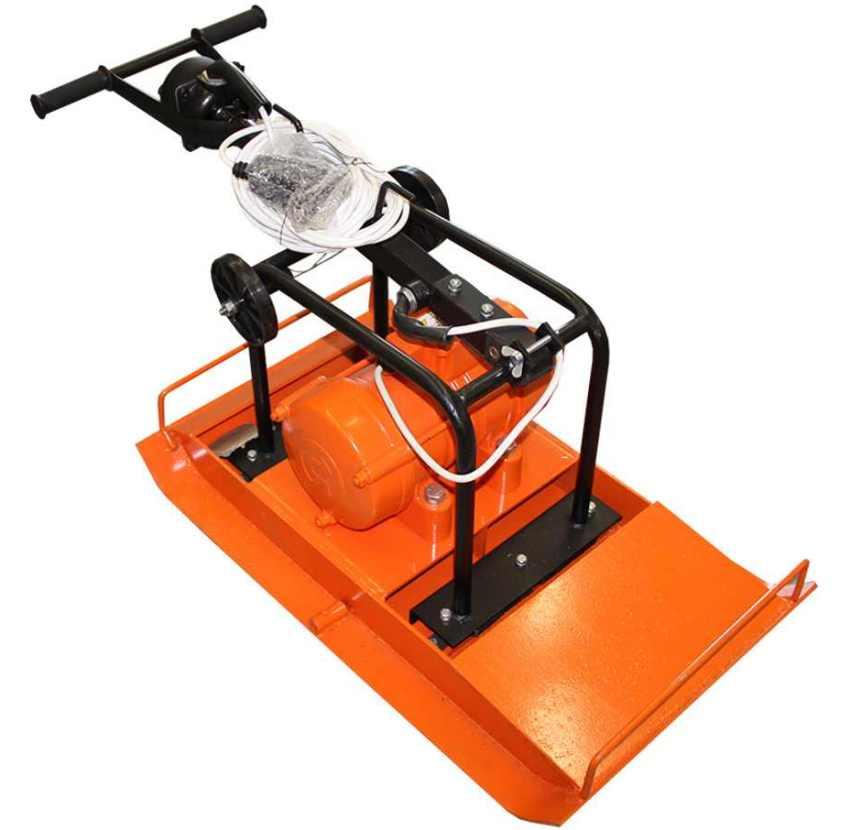 Виброплита с электродвигателем менее функциональна, она имеет малый вес и низкую степень трамбовки