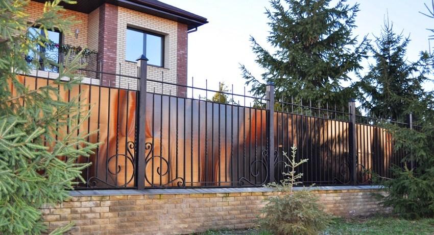 Забор из поликарбоната: варианты, особенности выбора материала и монтаж