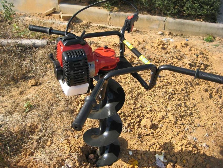 Чтобы подготовиться к монтажу забора из поликарбоната, необходимо с помощью бура просверлить отверствия в грунте