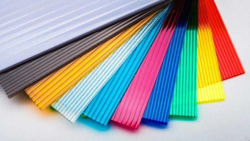 Листы сотового поликарбоната стоят дешевле сплошного монолитного материала