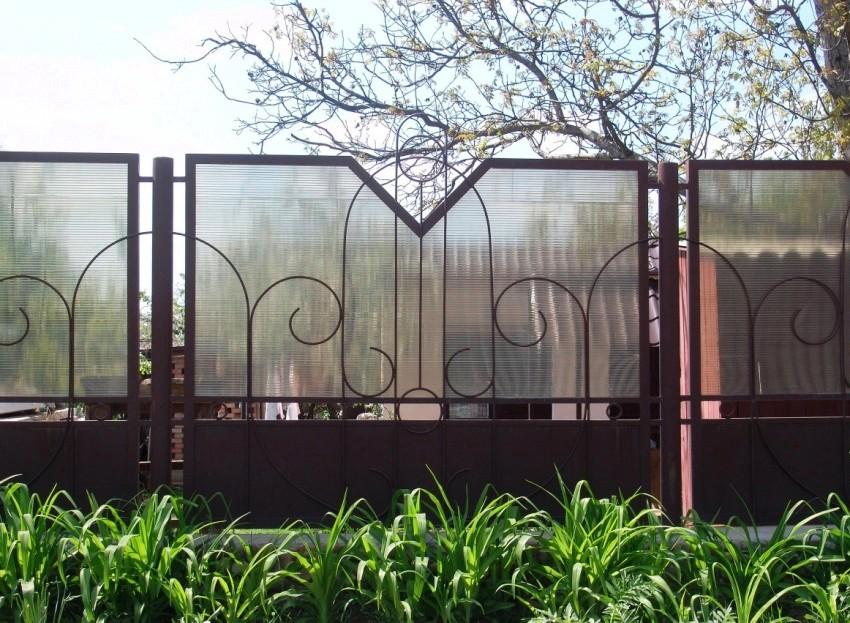 Забор из поликарбоната секцинный - один из самых распространенных типов, используемых для обустройства частных территорий