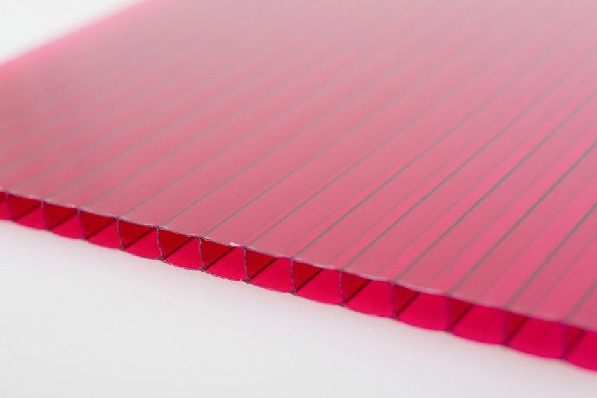 Сотовый поликарбонат состоит из двух, трех или более листов прозрачного полимера, пространство между которыми разделено ребрами жесткости