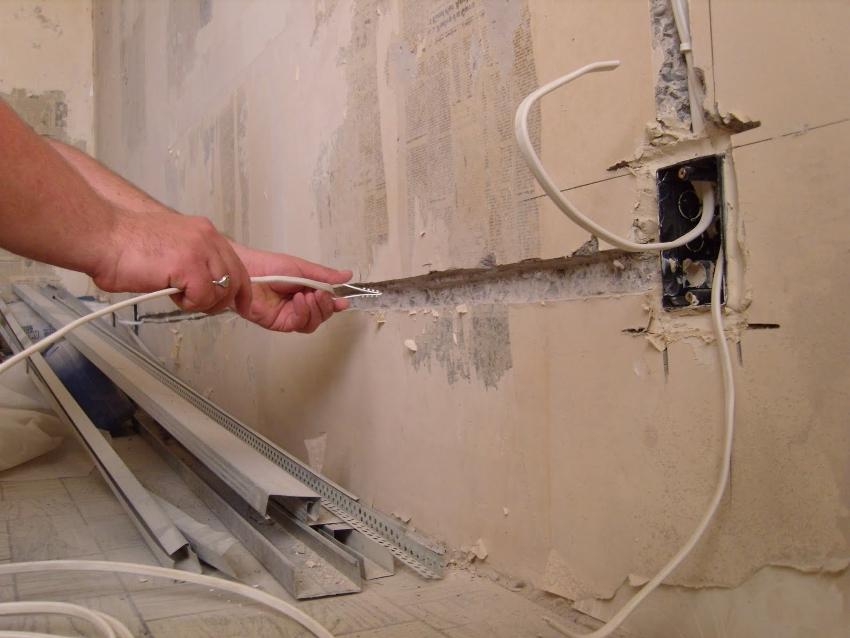 Замену электропроводки в квартире нужно начинать с демонтажа старой электросети