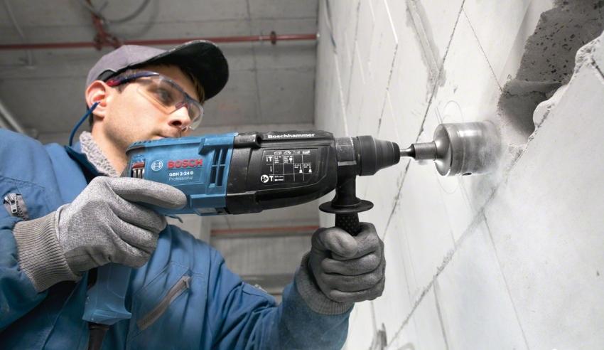 Использовав перфоратор с кронкообразной насадкой, нужно подготовить отверсвия для розеток