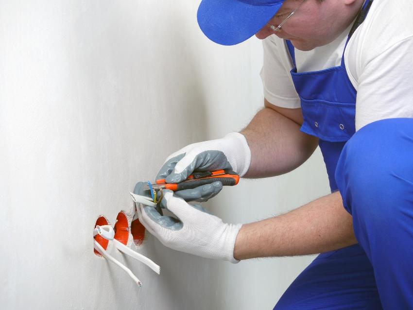 Перед тем как установить подрозетник, необходимо правильно подобрать его тип: пластиковый или металлический