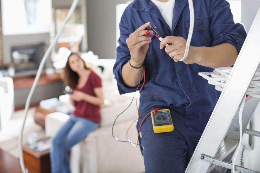 Проведение капитального ремонта квартиры, как правило, включает в себя работы по замене электропроводки