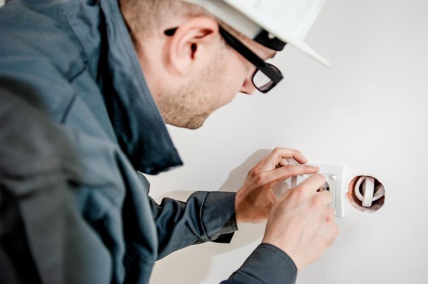 Важными признаками, сигнализирующими о неисправности электрики, являются всевозможные поломки розеток и выключателей