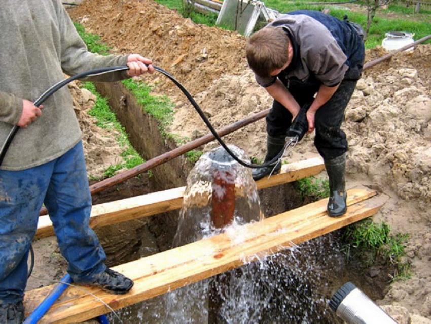 Во время бурения скважины необходим монтаж системы очистки, так как артезианская вода имеет очень высокий уровень железа