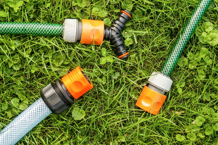 Трубы из пластика являются наиболее качественным и потому подходящим для систем автополива вариантом