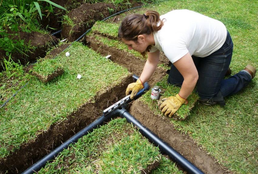 При монтаже системы важно следить за уровнем расположения труб